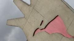 Mão, escultura de Oscar Niemeyer em cuja palma vemos o mapa da América Latina como que se esvaindo em sangue.