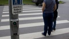 Pedestres aguardam, na faixa de pedestres, o sinal vermelho para atravessar. Foto: Marcos Santos/USP Imagens