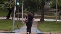 Mulher atravessa a rua no sinal verde para pedestres. Foto: Marcos Santos/USP Imagens