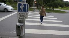 Mulher atravessa a rua na faixa de pedestre. Foto: Marcos Santos/USP Imagens