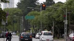 Carros parados no sinal vermelho. Foto: Marcos Santos/USP Imagens