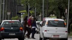 Pedestres atravessam a rua. Foto: Marcos Santos/USP Imagens