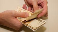 Pessoa manuseia dinheiro e conta cédulas de R$ 50,00 (cinquenta reais). Cédulas de real sendo contadas. Foto: Marcos Santos.