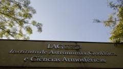 Detalhe do letreiro na entrada principal do Instituto de Astronomia, Geofísica e Ciências Atmosféricas (IAG). Foto: Marcos Santos / USP Imagens