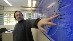 Detalhe do professor Marcelo Belentani de Bianchi localizando estações da Rede Sismográfica Brasileira em tela de monitoramento, durante entrevista sobre o Centro de Sismologia do Instituto de Astronomia, Geofísica e Ciências Atmosféricas (IAG). Foto: Marcos Santos / USP Imagens