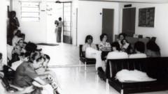 Pacientes e familiares (década de 60) aguardam atendimento no HRAC – Hospital de Reabilitação de Anomalias Craniofaciais (Centrinho) em Bauru – SP. Foto: Arquivo HRAC