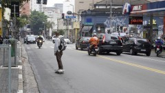 skatista circula pela rua Augusta em São Paulo. Foto: Marcos Santos/USP Imagens
