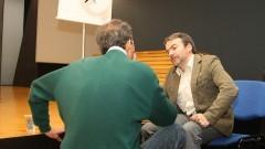 Professor Atilio José Avancini conversa com o palestrante José Cordeiro. Foto: Marcos Santos/ USP imagens