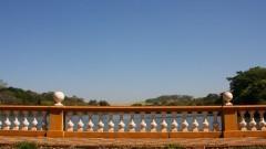 Detalhe para mureta que dá vista para o lago do Campus de Ribeirão Preto. Foto: Marcos Santos / USP Imagens