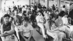 Pacientes e familiares (década de 80) aguardam atendimento no Ambulatório do HRAC – Hospital de Reabilitação de Anomalias Craniofaciais (Centrinho) em Bauru – SP. Foto: Arquivo HRAC