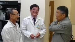 Américo Sakai, Claudio Sakurada com médico japonês Minoru Yoshida no 1º Workshop Internacional de Cuidados Paliativos no HU/USP. Crédito: Francisco Emolo/Jornal da USP