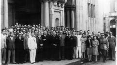 Primeira turma de formandos e professores (193?) diante da Basílica Abacial Nossa Senhora da Assunção do Mosteiro de São Bento em São Paulo. Foto: Acervo CAPH / FFLCH