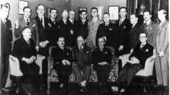 Missão francesa (1934). Professores franceses reunidos para comemorar o sucesso da missão. Em pé, da esquerda para a direita: (1) ?, (2) ?, (3) René Thiollire, (4) Moura Campos, (5) ?, (6) Afonso Taunay, (7) Etiène Borne, (8) Paul Bastide, (9) Paul Hugon, (10) Júlio de Mesquita Filho, (11) André Dreyfuss, (12) ?, (13) Vicente Rao. Sentados, da esquerda para a direita: (1) ?, (2) ?, (3) Reynaldo Porchat, (4) ?, (5) Theodoro Ramos. Foto: Acervo CAPH / FFLCH