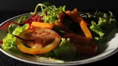"""Detalhe de salada (tomate, alface, beterraba e cenoura) """"temperada"""" com sal. Foto: Cecília Bastos / Jornal da USP"""