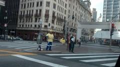 Homem trabalhando na campanha de trânsito de orientação para preferência de pedestres nas faixas. Foto: Francisco Emolo/Jornal da USP