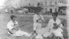 Cordão do Camisa Verde e Branco em um pic-nic na cidade de Santos. No centro seu Zezinho tocando clarinete aos catorze anos, com sua mãe a direita da foto tocando clarinete. (USP Imagens)