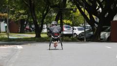 Ciclista Paratleta treina com bicicleta no formato de triciclo. Foto: Marcos Santos/USP Imagens