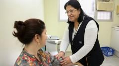 Elisabeth Lopes Ramos dos Santos, fazendo consulta de enfermagem na paciente Joana Ferreira Dias no Ubas do HU. Foto: Cecília Bastos/Usp Imagens.