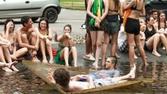 Alunos da FAU USP durante o banho do laguinho na Semana de Recepção aos Calouros. 2017/03/06 Foto: Luenne Neri/USP Imagens