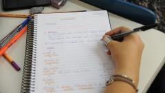 Detalhe de mão de aluna do cursinho da Poli segurando caneta sobre caderno durante aula em sala da Escola Politécnica (Poli). Foto: Cecília Bastos/Jornal USP