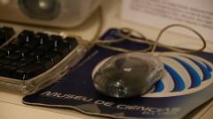 Detalhe de mouse do Computador Apple iMac G3 fabricado em 2001. Museu de Computação Professor Odelar Leite Linhares. 2017/10/05 Foto Marcos Santos/USP Imagens