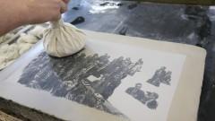 Detalhe de obra sendo produzida durante a aula de litografia no Departamento de Artes Plásticas da Escola de Comunicação e Artes (ECA). Foto: Cecília Bastos/Jornal USP