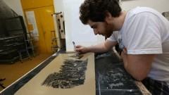 Detalhe de aluno durante aula de litografia no Departamento de Artes Plásticas da Escola de Comunicação e Artes (ECA). Foto: Cecília Bastos/Jornal USP