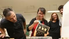 Detalhe de alunos durante aula de litografia no Departamento de Artes Plásticas da Escola de Comunicação e Artes (ECA). Foto: Cecília Bastos/Jornal USP