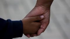 Detalhe mãos , mãe e filho . foto Cecília Bastos/Usp Imagem