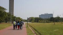 Estudantes circulam pela Praça do Relógio. Foto: Marcos Santos/USP Imagens