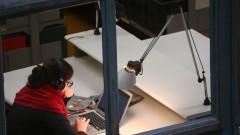 Detalhe de aluna na biblioteca da Faculdade de Arquitetura e Urbanismo (FAU). Foto: Cecília Bastos/Jornal USP