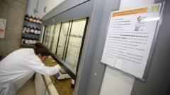 Detalhe de dispositivo expositor apresentando Procedimentos Operacionais Padrão (POP) em laboratório da Faculdade de Ciências Farmacêuticas (FCF). Foto: Marcos Santos/USP Imagens