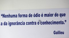 Frase no mural do departamento de filosofia da FFLCH. foto Cecília Bastos/USP Imagem