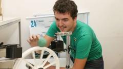 Poli - Escola Politécnica. Laboratório de Controle Aplicado. Fernando dos Santos Barbosa explica o funcionamento do equipamento bola e roda. 2017/02/09 Foto: Marcos Santos/USP Imagens
