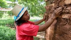 O índigena Sebastião Moreira trabalha na construção da Casa de Cultura Indígena. IP - Instituto de Psicologia. 2017/02/14 Foto: Marcos Santos/USP Imagens