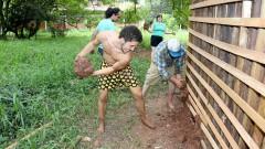 Thiago shaffer carvalho e Marcos José Sheeley trabalham na Construção da Casa de Cultura Indígena. IP - Instituto de Psicologia.  2017/02/14 Foto: Marcos Santos/USP Imagens
