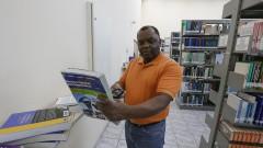 EEL Escola de Engenharia de Lorena. Campus I. Vista da biblioteca. O funcionário Joel Cunha dá entrada nos livros devolvidos pelos alunos. 2017/05/09 Foto: Marcos Santos/USP Imagens