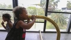 32ª Bienal de São Paulo - Incerteza Viva. Criança interage com a obra Espelho do Som, Eduardo Navarro. 2016/09/05 Foto: Marcos Santos/USP Imagens