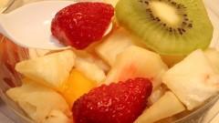 Detalhe de colher de plástico com salada de frutas - Foto: Pedro Bolle / USP Imagens