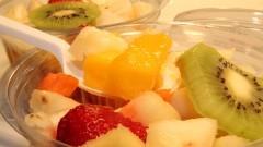 Detalhe de salada de frutas com colher de plástico - Foto: Pedro Bolle / USP Imagens
