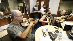 Parte do Grupo que acompanha Manu Lafer e Germano Mathias em apresentação no estúdio da Rádio USP. Show 40 anos da Rádio USP. 2017/10/11 Foto: Marcos Santos/USP Imagens