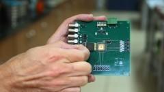 Detalhe de manuseio do protótipo do Chip Sampa do Instituto de Física (IFUSP). Foto: Marcos Santos/USP Imagens