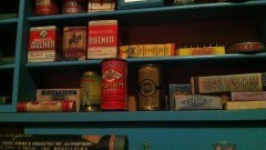 Miniaturas de produtos em uma mercearia - Foto: Pedro Bolle / USP Imagens