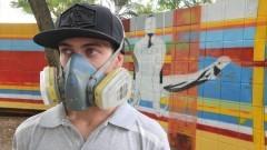 Grafiteiro especializado em arte e pintura em muro com aerógrafo - Foto: Pedro Bolle / USP Imagens