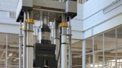 Máquina Instron do Laboratório de Estruturas no prédio do Departamento de Engenharia de Estruturas (SET). Foto: Masaki Kawabata Neto