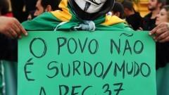 """Manifestante com cartaz """"O povo não é surdo/mudo. A PEC 37 é um absurdo"""" George Campos / USP Imagens"""