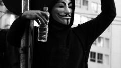 Manifestante de máscara sobe no poste para manifestar. George Campos / USP Imagens
