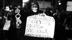 """Manifestante com cartaz: """"Precisamos: ( ) Copa (x) Saúde (x) Educação (x) Respeito"""". George Campos / USP Imagens"""