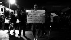 """Manifestante com Cartaz:""""Dilma, onde foi que a classe pobre virou classe média?? inflação 22% Salário só 7,2%?? Tarifa R$ 3,20 é roubo"""". George Campos / USP Imagens"""