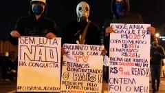 Manifestante com cartazes de protesto. George Campos / USP Imagens